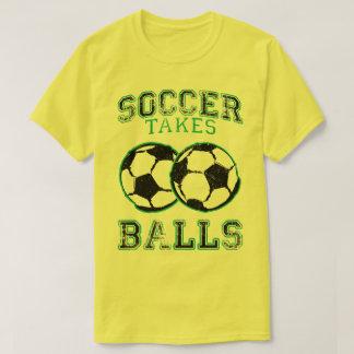 サッカーは球におもしろいなフットボールのユーモアのスポーツのティーを取ります Tシャツ