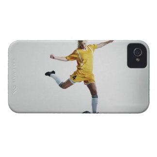 サッカーを蹴ることを準備しているメスのサッカーの選手 Case-Mate iPhone 4 ケース