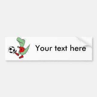 サッカーを遊んでいるおもしろいな緑のTレックスの恐竜 バンパーステッカー
