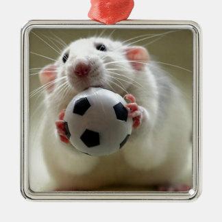 サッカーを遊んでいるかわいいラット メタルオーナメント