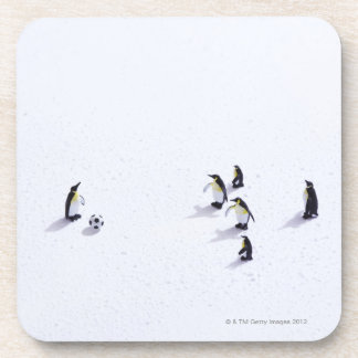 サッカーを遊んでいるペンギン コースター