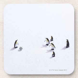 サッカーを遊んでいるペンギン ビバレッジコースター