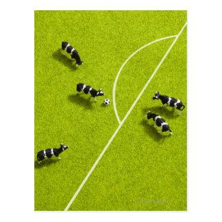 サッカーを遊んでいる牛 葉書き
