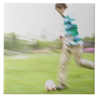 サッカーを遊んでいる若者 タイル