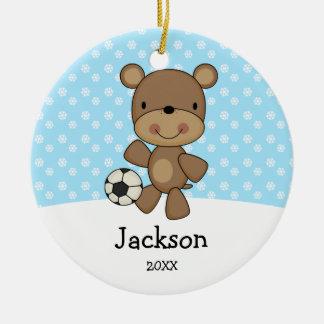 サッカーボールくまの青は名前入りなクリスマスをからかいます セラミックオーナメント