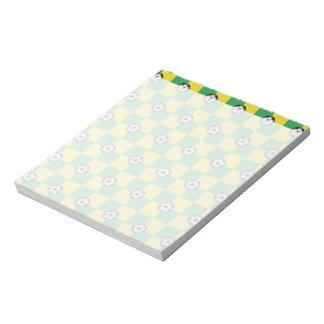サッカーボールとのチェック模様の緑の黄色 ノートパッド