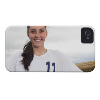 サッカーボールを持つ微笑の10代のな女の子のサッカーの選手 Case-Mate iPhone 4 ケース