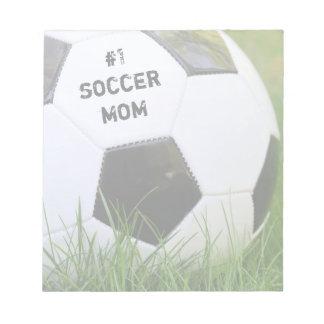 サッカーボールを持つ第1サッカーのお母さん ノートパッド