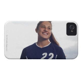 サッカーボールを握っている10代のな女の子のサッカーの選手 Case-Mate iPhone 4 ケース