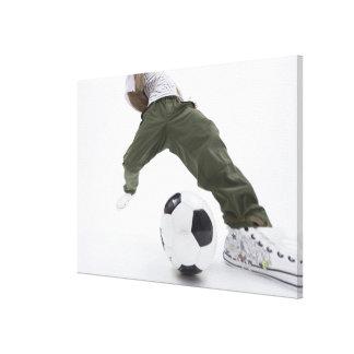 サッカー2を遊んでいる若者 キャンバスプリント