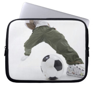 サッカー2を遊んでいる若者 ラップトップスリーブ