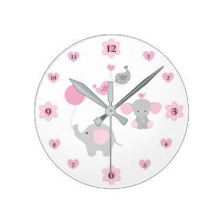 サファリ象のピンクの灰色の灰色の女の赤ちゃんの子供部屋 ラウンド壁時計
