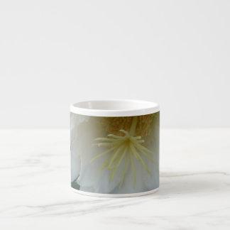 サボテンの開花のサンペドロの花のマクロ エスプレッソカップ