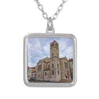 サラエボのセントジョーゼフの教会。 ボスニアおよびHerz シルバープレートネックレス