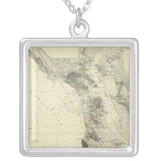 サンアンドレアスの切れ間を示すサンフランシスコ湾 シルバープレートネックレス