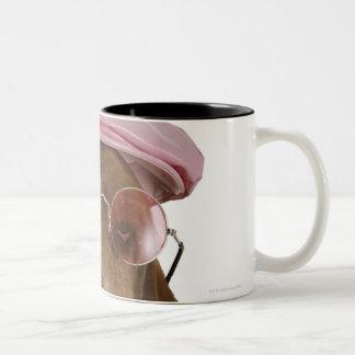 サングラスおよび帽子のバセットハウンド ツートーンマグカップ