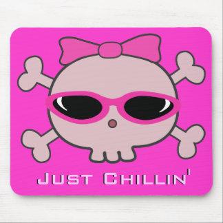 サングラスが付いているちょうどChillinのピンクの漫画のスカル マウスパッド