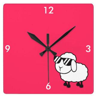 サングラスの漫画の白いヒツジ スクエア壁時計