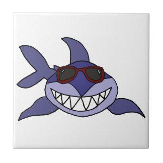 サングラスを持つおもしろいなヨシキリザメ タイル