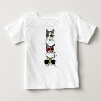 サングラスを身に着けている猫 ベビーTシャツ