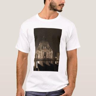 サンジョルジョMaggioreの水を渡る夜眺め Tシャツ