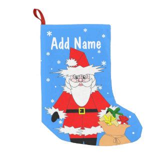 サンタおよび袋が付いているChrismasの名前入りなストッキング スモールクリスマスストッキング
