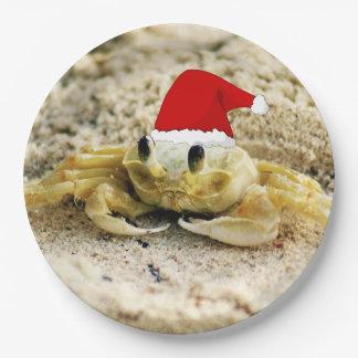 サンタの帽子のクリスマスの砂のカニ ペーパープレート