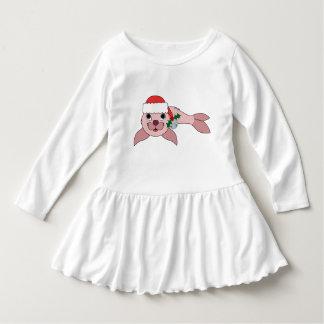 サンタの帽子及びシルバーベルが付いている淡いピンクの子どものアシカ ドレス