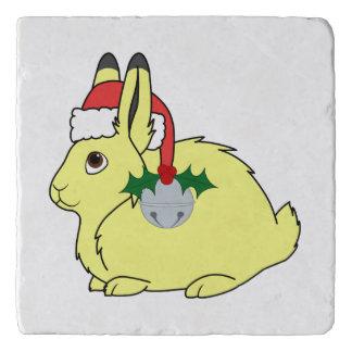 サンタの帽子及びシルバーベルが付いている黄色い北極ノウサギ トリベット
