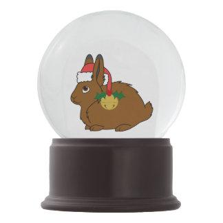 サンタの帽子及び金ゴールド鐘のブラウンの北極ノウサギ スノーグローブ