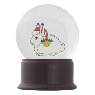 サンタの帽子及び金ゴールド鐘の白い北極ノウサギ スノーグローブ
