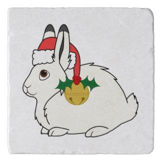 サンタの帽子及び金ゴールド鐘の白い北極ノウサギ トリベット