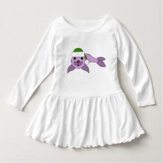 サンタの緑の帽子が付いている薄紫の子どものアシカ ドレス