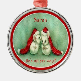 サンタの赤い帽子が付いているヴィンテージのクリスマスのネズミ メタルオーナメント