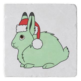 サンタの赤い帽子が付いている薄緑の北極ノウサギ トリベット