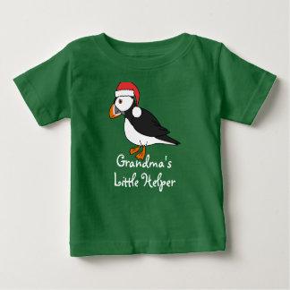 サンタの赤い帽子を持つクリスマスのツノメドリ ベビーTシャツ