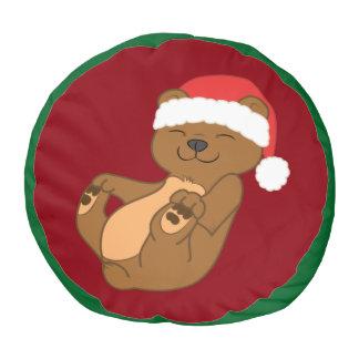 サンタの赤い帽子を持つクリスマスのヒグマ プーフ