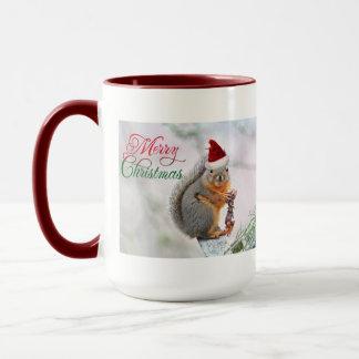 サンタクロースの帽子を身に着けているクリスマスのリス マグカップ