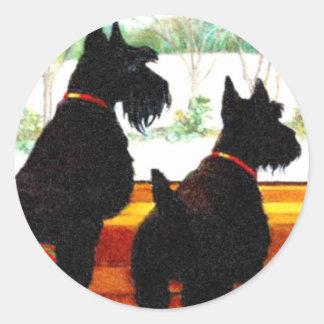 サンタクロースを待っている2匹のスコッチテリア犬 ラウンドシール