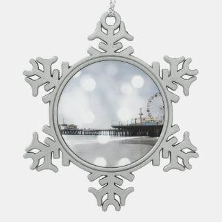 サンタモニカ桟橋の灰色の輝きの写真は編集します スノーフレークピューターオーナメント