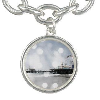 サンタモニカ桟橋の灰色の輝きの写真は編集します チャームブレスレット