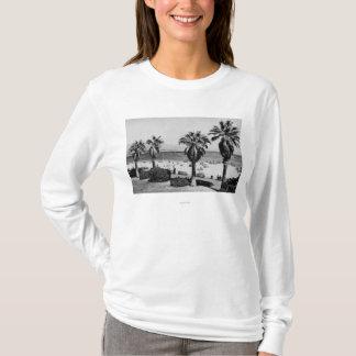 サンタ・バーバラのカリフォルニアの西のビーチの眺めの写真 Tシャツ
