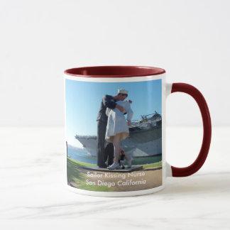 サンディエゴの船員のキスをするなナース マグカップ