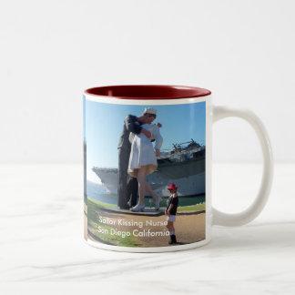 サンディエゴ船員のキスをするなナース ツートーンマグカップ