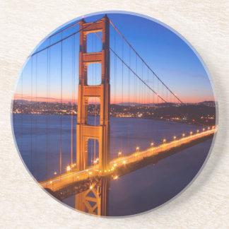 サンフランシスコおよびゴールデンゲートブリッジ上の夜明け コースター