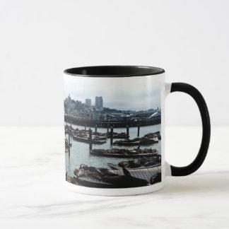 サンフランシスコおよび桟橋39のアシカ都市スカイライン マグカップ