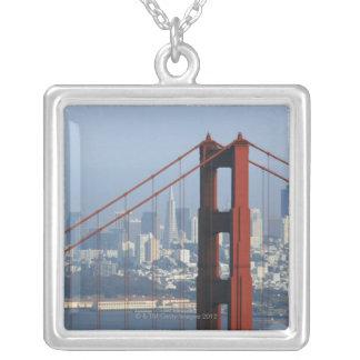 サンフランシスコによって見られるたらいのゴールデンゲートブリッジ シルバープレートネックレス