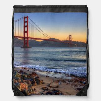 サンフランシスコ湾の道からのゴールデンゲートブリッジ ナップサック