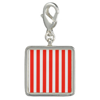 サーカスの赤と白の小屋は縞で飾ります チャーム
