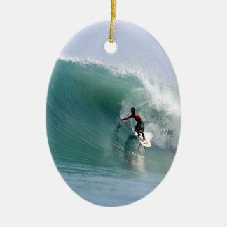 サーフの大きく青い熱帯島の波スマトラ 陶器製卵型オーナメント